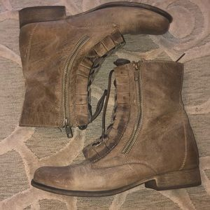 NWOT🌷BETSEY JOHNSON🌷Taupe lthr ruffle ankle boot